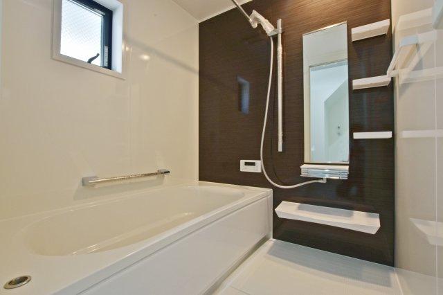 広々1坪タイプのバスルームは一日の疲れを癒す大事な空間です。浴室暖房乾燥機、姿鏡や小物用の棚とカウンターが付いたTakaraStandard製のユニットバスです。