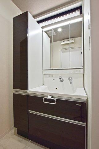 お手入れの簡単なエコ仕様のシャワー洗面台です。フチレスで掃除もしやすく、ストレージを多めに設置した洗面台を採用しました。