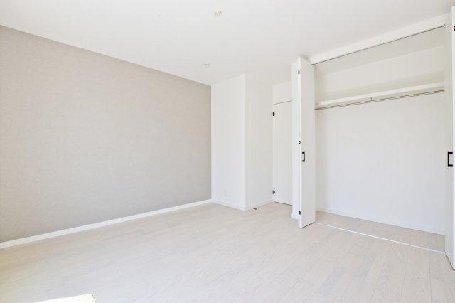 主寝室にもハンガーレール付きの収納を設けています。