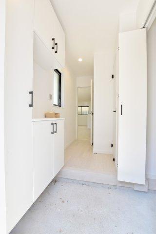 室内に収納しにくいものも気軽に収納できるシューズクロークございます。 玄関回りも片付きますね。