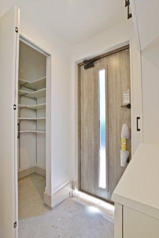 ‐同社施工例‐ 室内に収納しにくいものも気軽に収納できるシューズクロークございます。 玄関回りも片付きますね。