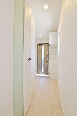 玄関からはSIC、トイレ、リビングにアクセス可能な間取り設計となっております。リビングに入ってすぐ右手が洗面室のため、外からの汚れはすぐに落とすこともできる間取りです。