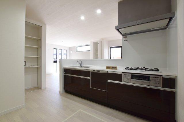 パントリー付きの対面式システムキッチン。散らかりがちなキッチン回りもスッキリ清潔感を保つことができます。