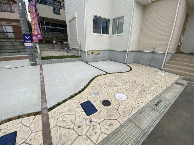 駐車スペースです。建物は延べ約29.5坪から約32.8坪と広く間取りは3LDKから4LDKです。