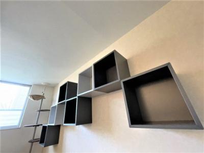 リビングにはオシャレでモダンな飾り棚がございます。