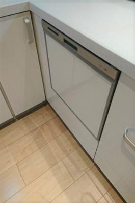 キッチンには日々の家事に便利な食器洗浄乾燥機が付いており、水道の光熱費の節約にも。