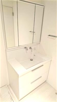 3面鏡の洗面化粧台。