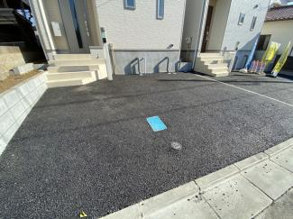 駐車スペースです。第一種中高層住居専用地域の閑静な住宅街で生活環境良好です。
