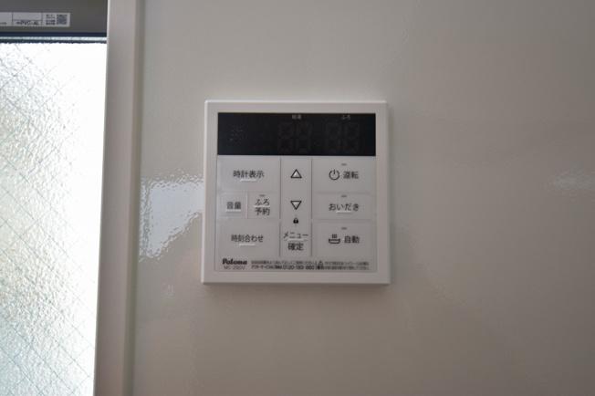 キッチンとバスルームで連動している給湯リモコンスイッチ。