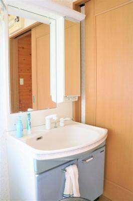 三面鏡タイプのシャワー付き洗面台です