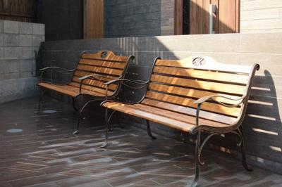 木製ベンチは休日にのんびり読書をしたり、日光浴を楽しんだり自由な時間を過ごすことが可能です。