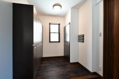玄関には窓が2か所あり、通風がと手も良く明るく清潔です。