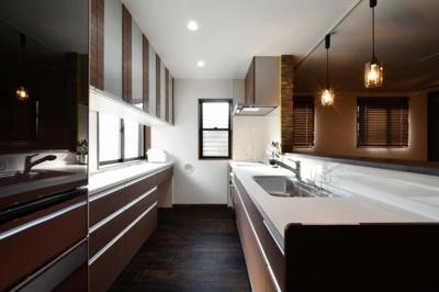 メインリビングに設置してある4Mのキッチンは、後ろ側に大型カップボードも配置してあり収納力たっぷりで