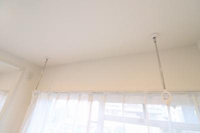 室内のプライバシーを守り、共用廊下へ音が漏れにくくするために玄関前に戸を設置しました。