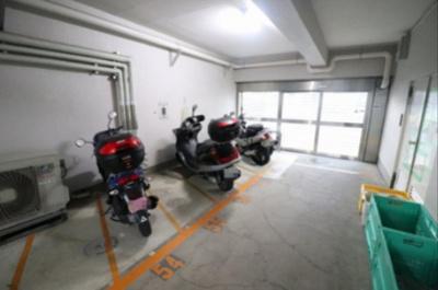 バイク置場です。建物内になるため雨や強風の日でもバイクを守ります。