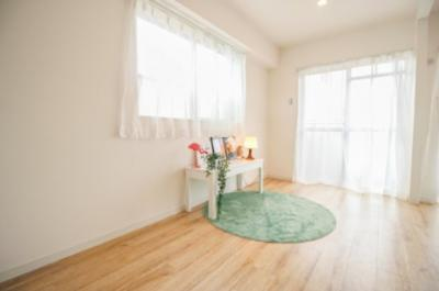 角部屋で窓が多く、明るい室内空間です。