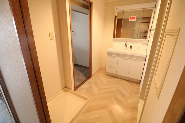 脱衣スペースも広々の洗面所。洗面台も新調されています♪