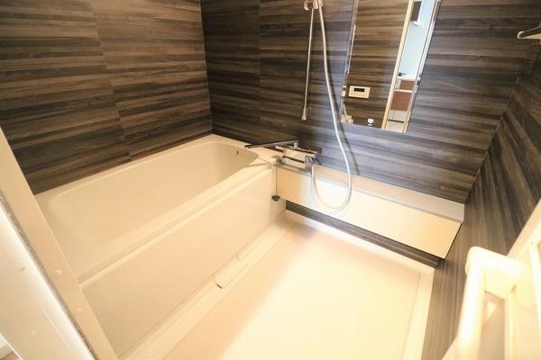 浴室も大変綺麗です。木目調のデザインが映えますね♪