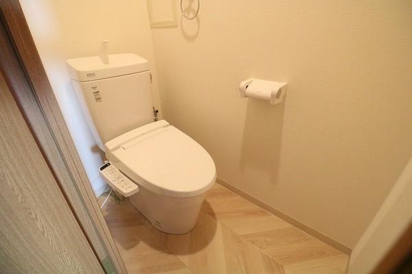 トイレも新調。クロスとCFも貼り替えて清潔感のある空間に仕上がってます♪
