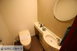 入るだけでフタが空くフルオート機能付きのウォシュレット付きで清潔感のあるトイレです。