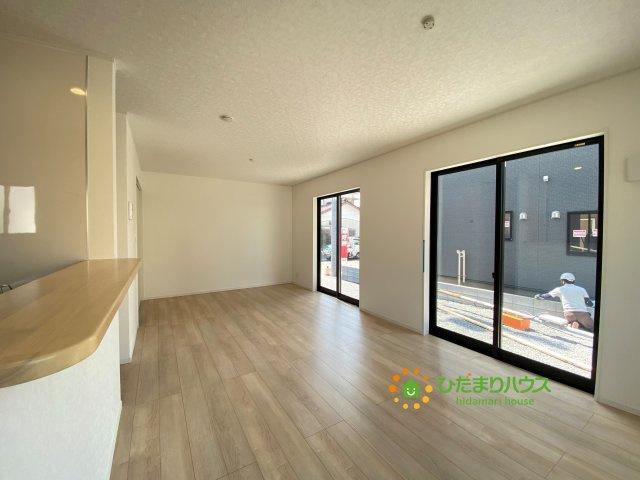 大きな窓で開放的なリビング、対面式のキッチンも嬉しいですね。
