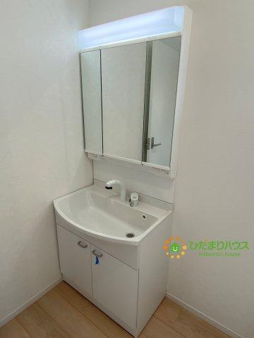 鏡の後ろは収納棚!!散らかりがちな洗面所もスッキリ見せてくれます。
