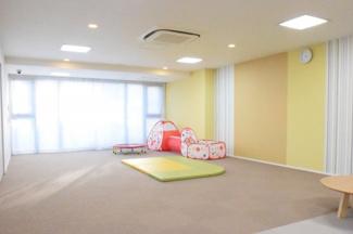 共有スペースにキッズルームがあり子供を遊ばせることができます
