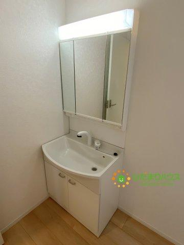 大きな鏡にシャワー付きの洗面台で朝の準備も捗ります♪