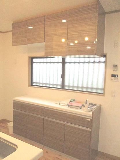 収納スペースと窓があるキッチン