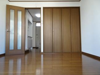 深尾マンション 洋室5.5帖(バルコニー側から)