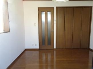 深尾マンション 洋室5.5帖(バルコニー側から、扉閉めた状態)