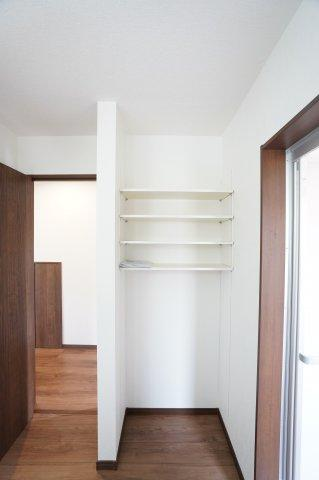洗面室にはタオルや着替えを置ける棚付き!本日、建物内覧できます。お電話下さい!