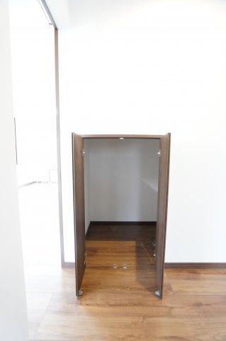 階段下にも収納がございます。本日、建物内覧できます。お電話下さい!