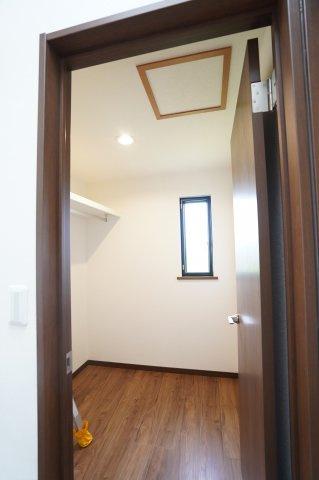 ひろい納戸には採光性が考慮された小窓付きです!本日、建物内覧できます。お電話下さい!
