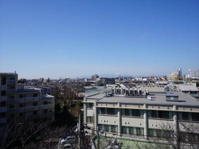 遠くに富士山を望む眺望です。6階部分、前面が抜けており見晴らしのよいお部屋です。
