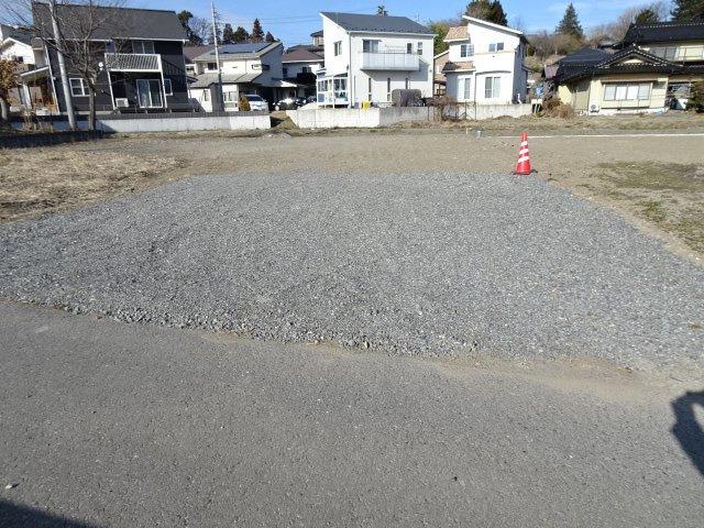 前面道路より造成予定地を見てます