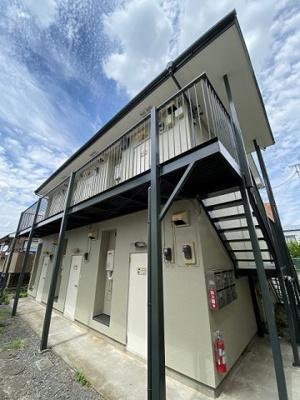 コンビニが近くて便利な立地の2階建てアパートです♪「鶴川」駅にアクセス可能な最寄りバス停からも徒歩3分!