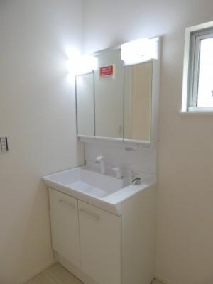 シャワー付き独立洗面台、小物を置くことができて便利です