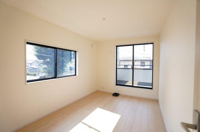 2階6.75帖 バルコニーがあるお部屋です。大きな窓から明るい光が差し込みます。