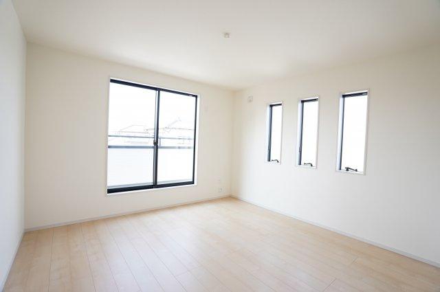 2階8.75帖 小窓がアクセントになって素敵なお部屋です。