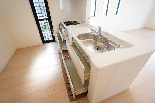 収納力の高いスライド収納のシステムキッチンです。お鍋やフライパンもすっきり収納できます。