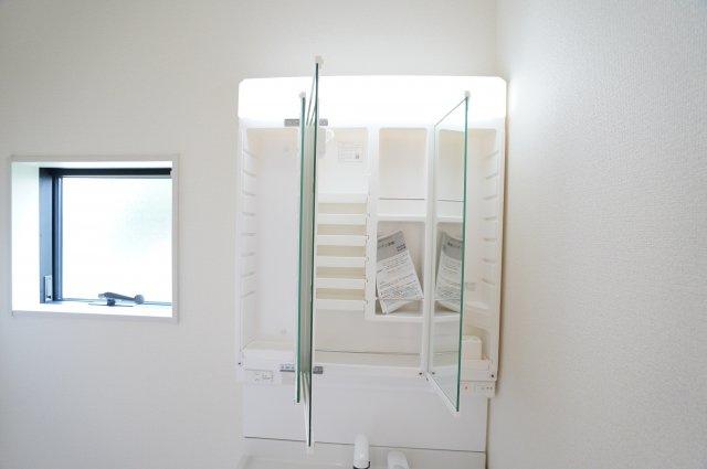 三面鏡の収納やスライド収納でタオル類、小物類等すっきり片づけられます。