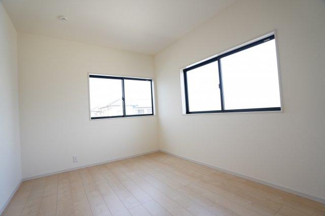 2階6帖 窓が2面ありますので、気持ちのよい風が入ってきそうなお部屋です。換気も十分にできます。