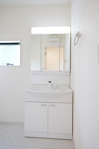 清潔感のある洗面室です。窓があるので換気ができます。