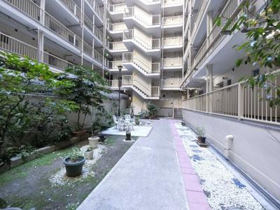 マンション敷地内の中庭です。