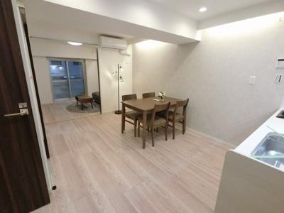 9.6帖のリビングは壁付けタイプのキッチン採用でお部屋を広くお使いいただけます。 4.6帖の引戸を開けて広い空間としてもお使いいただけます!