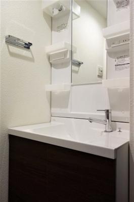 収納棚もあり、使いやすい洗面化粧台です。