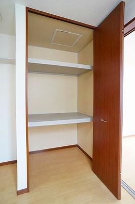 ダイニングキッチンにある収納スペースです!奥行きのある収納スペースで荷物の多い方も安心!お部屋がすっきり片付いて快適に!