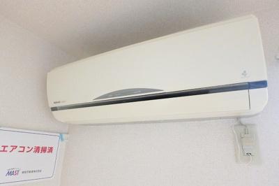 暑い夏や寒い冬に大活躍!洋室6.4帖にあるエアコンです☆冷暖房完備で1年中快適に過ごせます♪