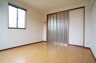 南向き洋室6.4帖、窓側からの眺めです!二面採光のお部屋は陽当たりも風通しも良好♪フローリング風のクッションフロアでお部屋が明るくお洒落に♪